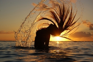 girl-flips-hair-in-the-water-sAcj5